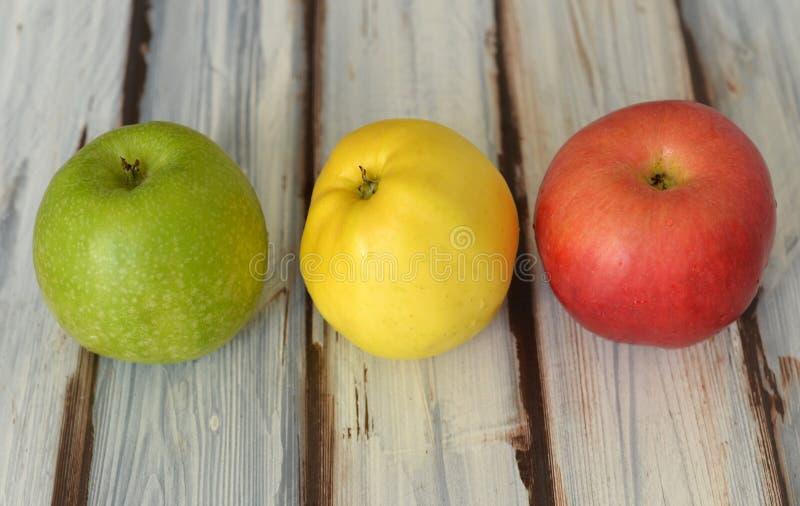Äpplen på bordlägga royaltyfri fotografi