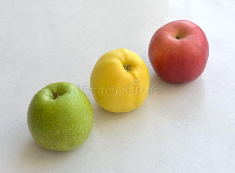 Äpplen på bordlägga fotografering för bildbyråer