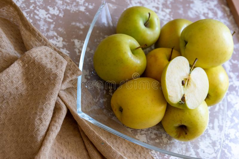 Äpplen på en platta på tabellen i köket Chauntecleer äpplen arkivbild