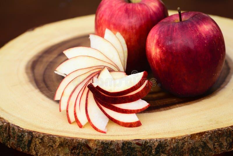 Äpplen på en skärbräda fotografering för bildbyråer