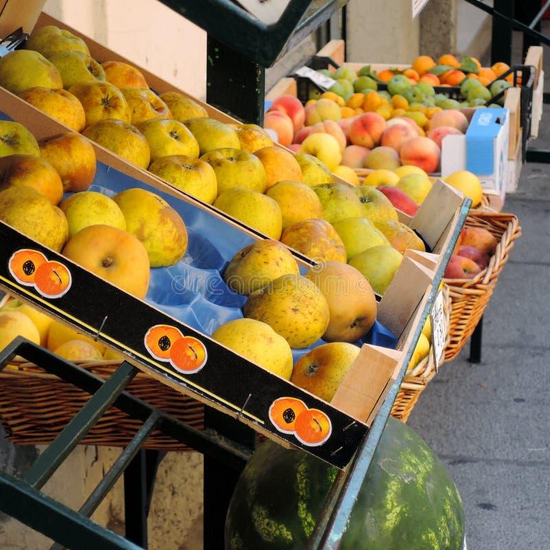 Äpplen på försäljning på grönsakshandlaren royaltyfria bilder