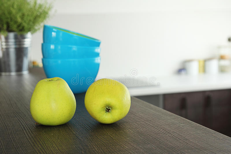 Äpplen på kökstången arkivbild