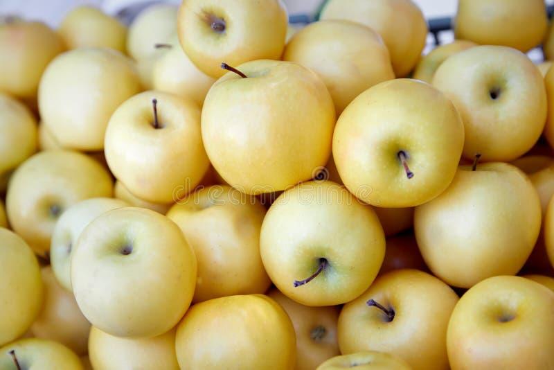 Äpplen på marknadsför arkivfoton