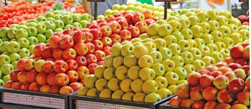 Äpplen på räknaren i lagret, supermarket, detaljhandel, försäljning royaltyfria bilder