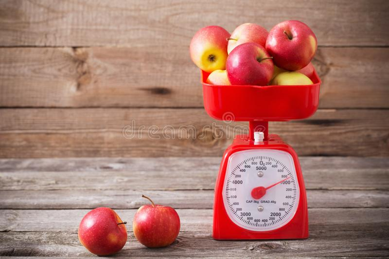 Äpplen på röd våg fotografering för bildbyråer