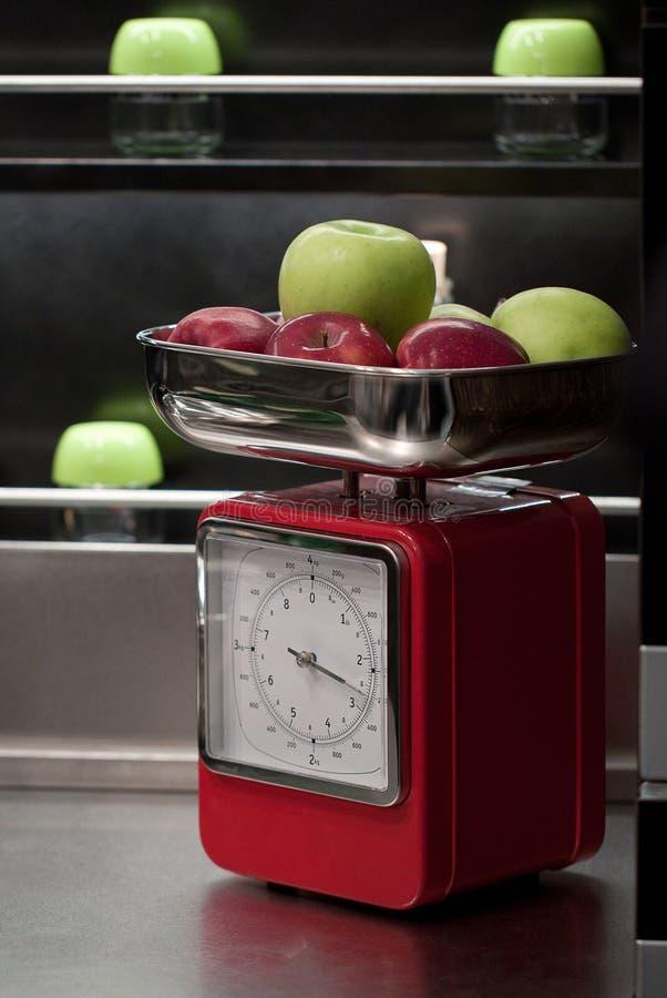 Äpplen på vågen royaltyfria foton