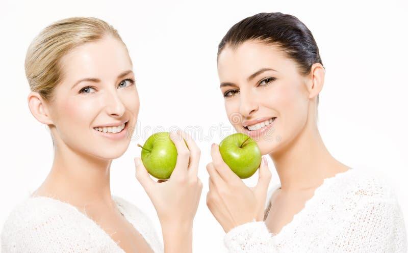 äpplen som ler två kvinnor arkivbild