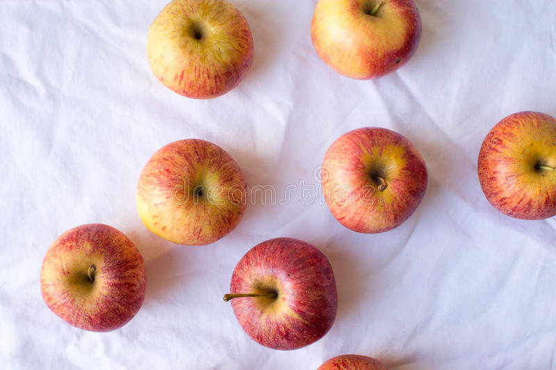 Äpplen spridda på bordduk royaltyfri bild