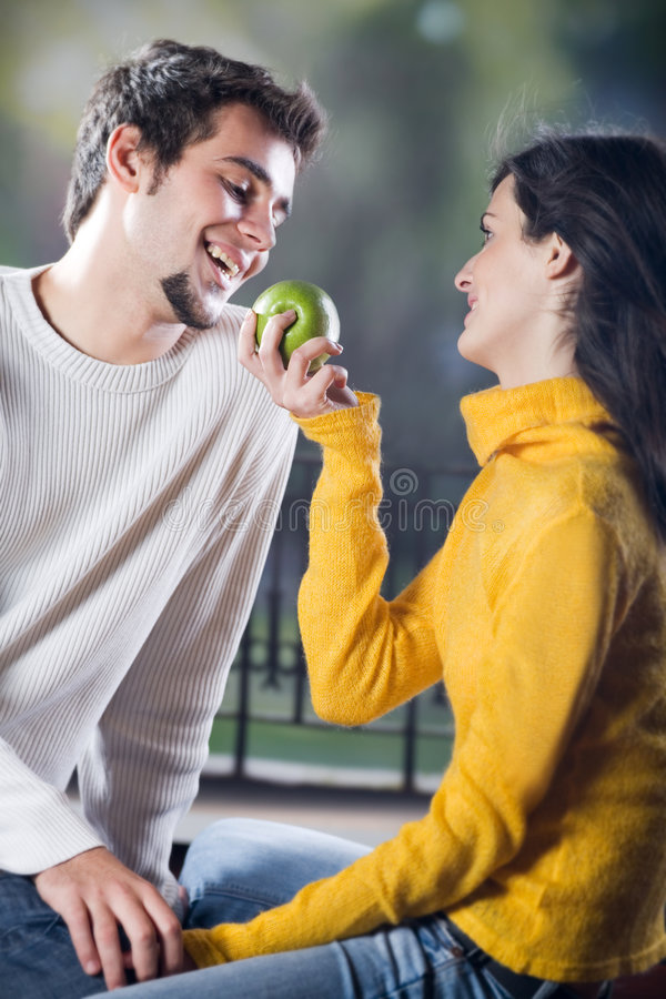 äpplepar som playfully äter arkivbild
