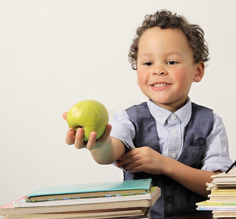äpplepojke som little äter arkivbild