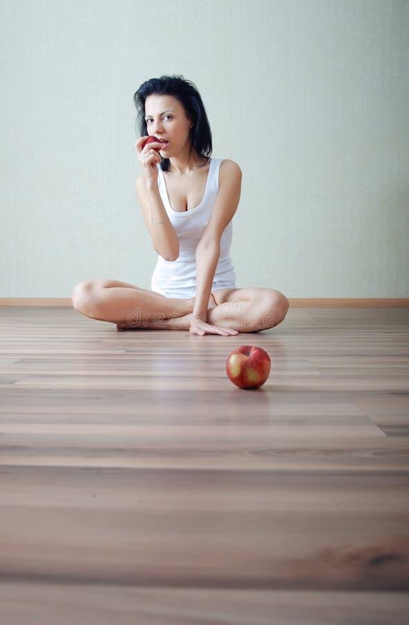 äpplet äter arkivbilder