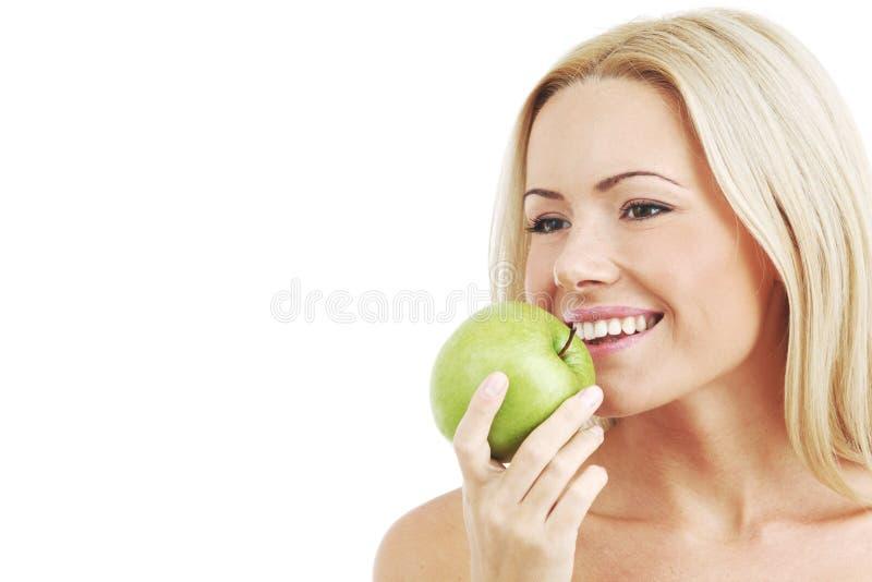 äpplet äter den gröna kvinnan royaltyfri bild