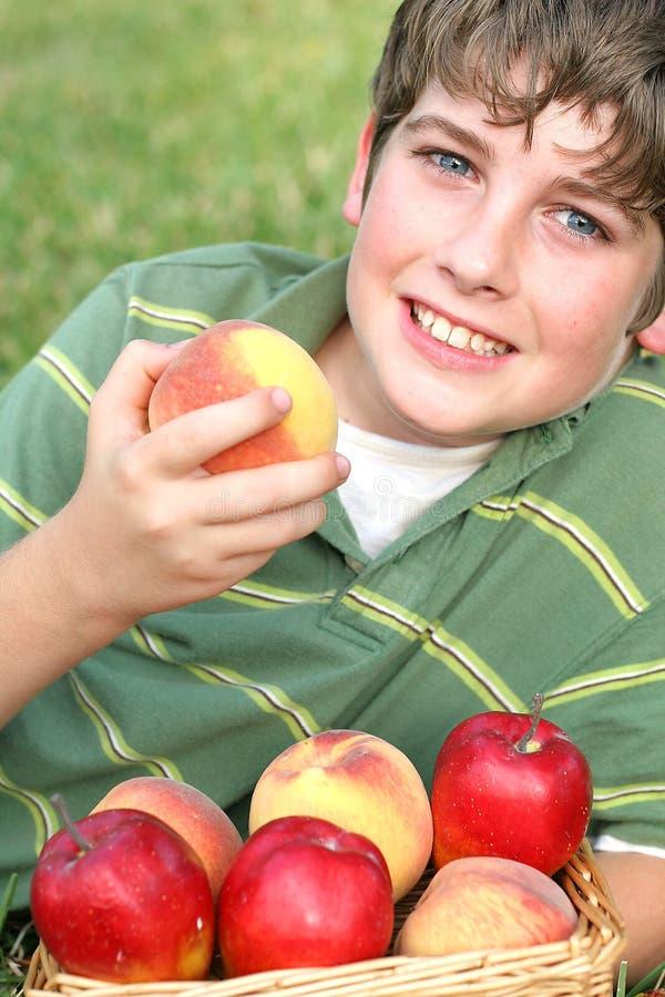 äpplet arms bakgrundspojkechil arkivfoton