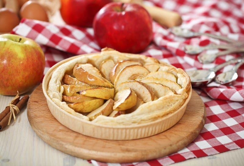 äpplet bakade nytt den hemlagade pien royaltyfria foton