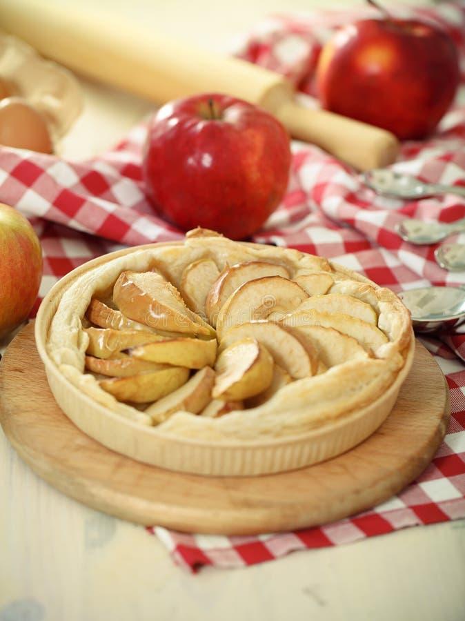 äpplet bakade nytt den hemlagade pien royaltyfria bilder