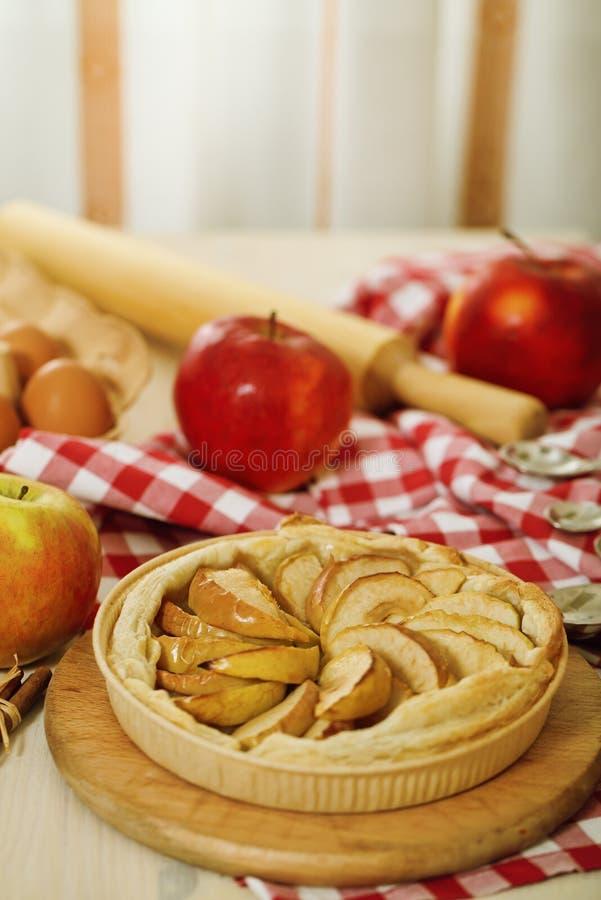 äpplet bakade nytt pien royaltyfri bild