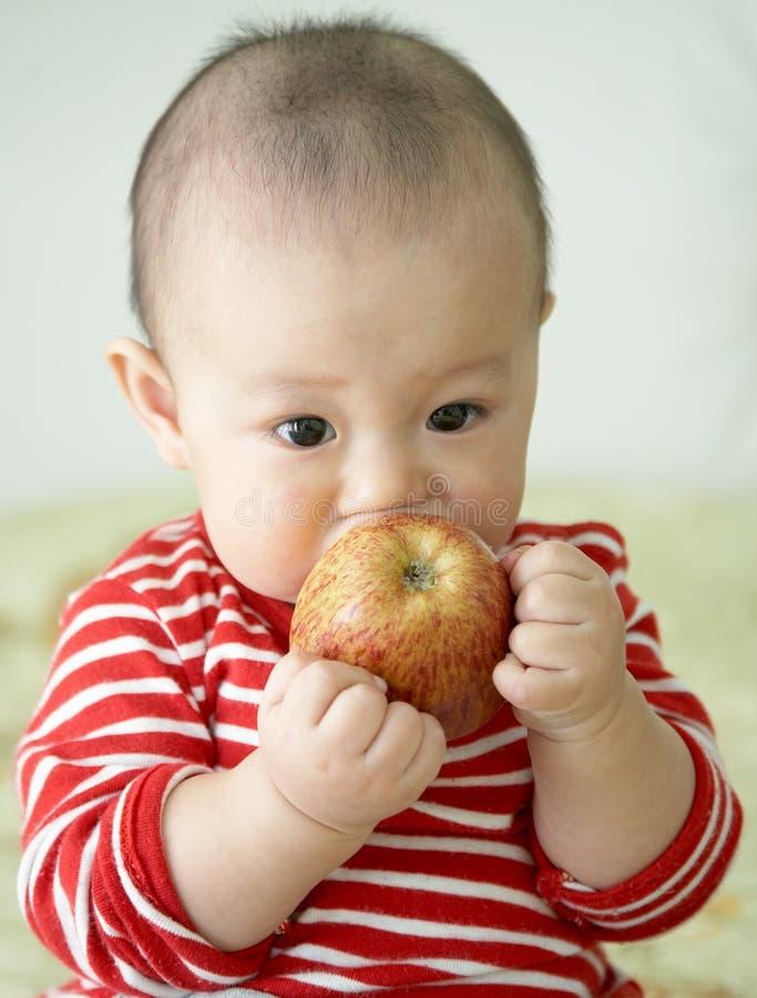 äpplet behandla som ett barn arkivbild