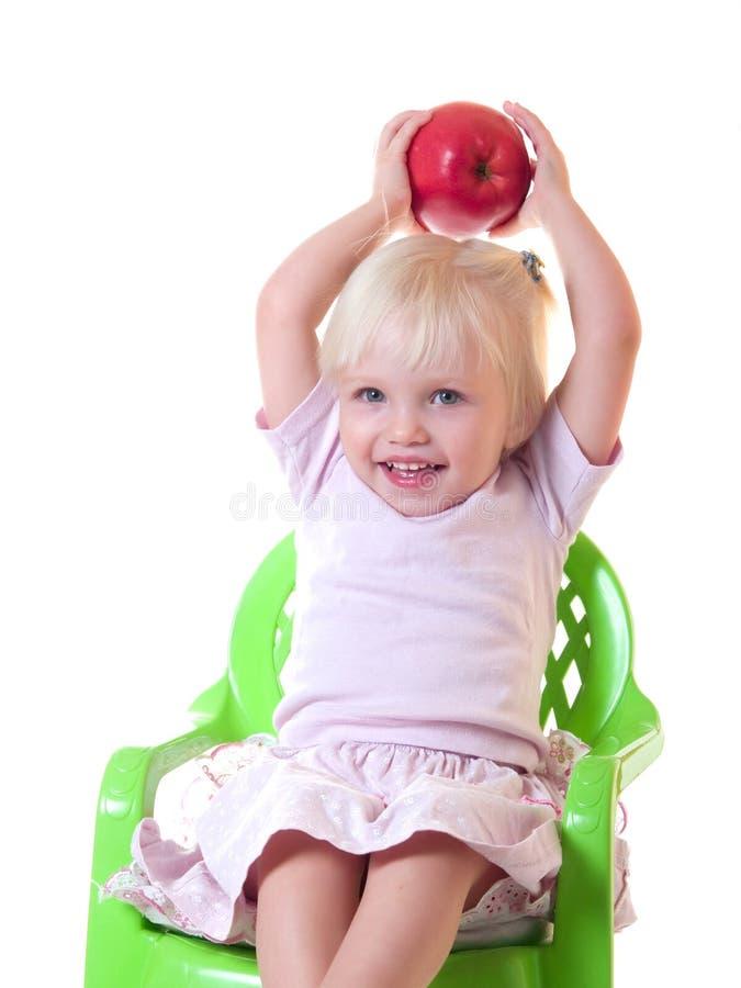 äpplet casts det gulliga barnet royaltyfri bild