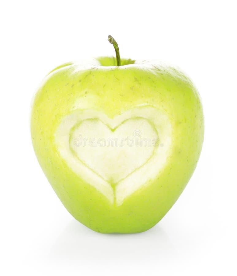 äpplet klippte grön hjärta som formades ut arkivbild