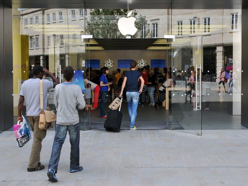 äpplet skriver in det london shopparelagret royaltyfri bild
