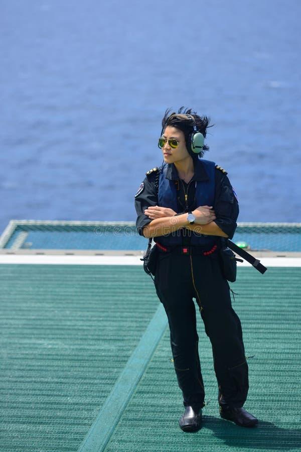 Är den frånlands- helikopterpiloten för den asiatiska kvinnan på frånlands- oljeplattform royaltyfri bild