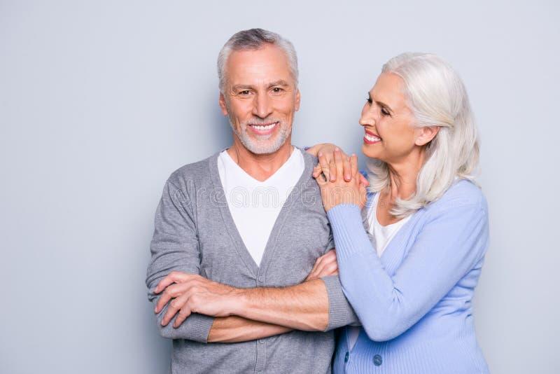 Är det försiktiga gulliga äldre folket för lyckligt upphetsat älskvärt anbud smilien royaltyfri bild
