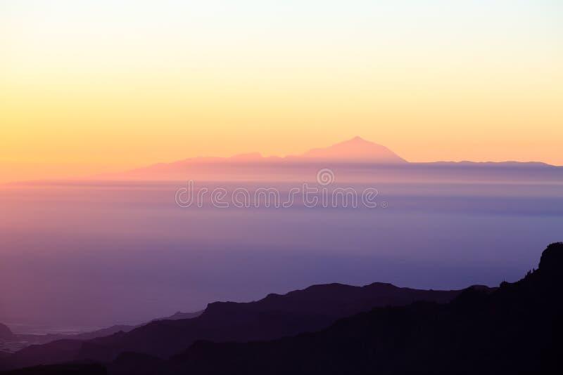 Är det inspirerande solnedgånglandskapet för berg med Pico del Teide, royaltyfri foto