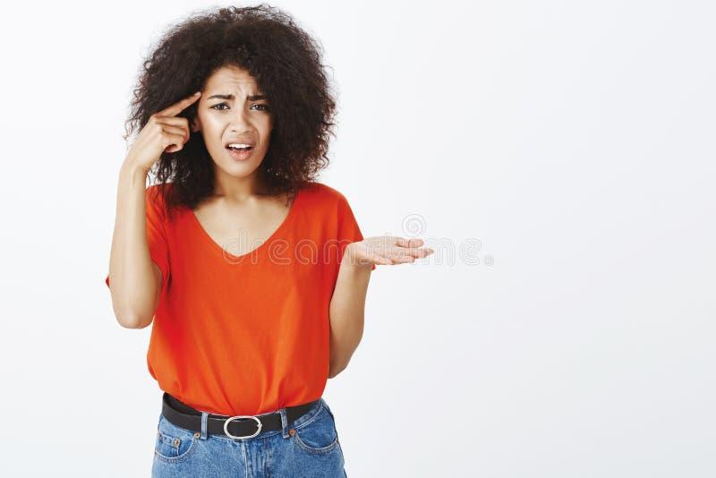 Är du ut ur mening eller sinnessjukt Frustrerad besviken attraktiv afrikansk amerikankvinna med lockigt hår, rullande index royaltyfria foton
