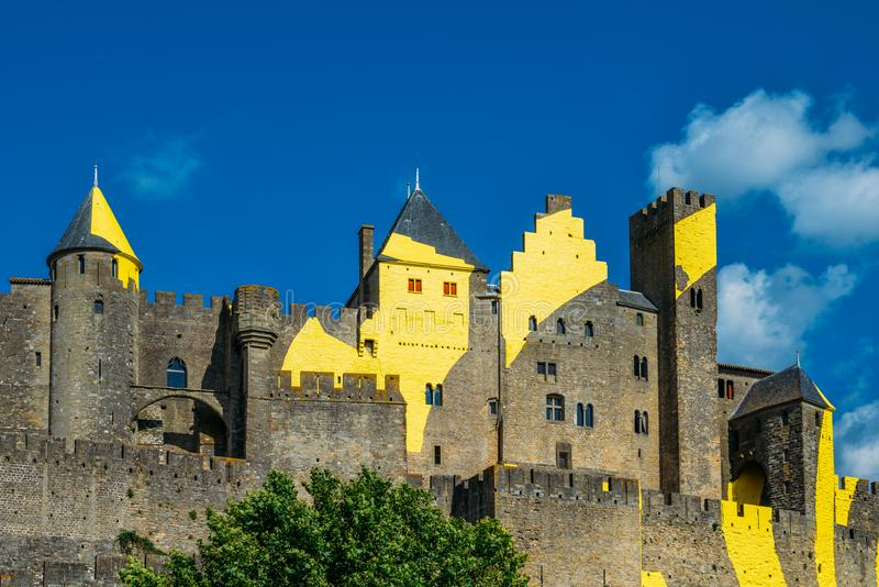 Är en Carcassonne bergstoppet stad i sydliga Frankrike, en UNESCOvärldsarv som är berömd för dess medeltida citadell royaltyfri foto