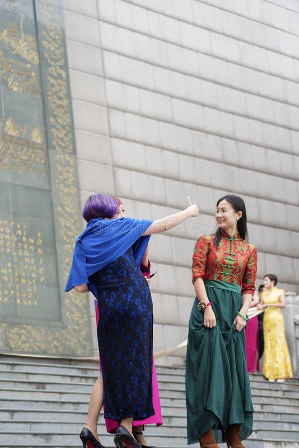 Är iklädda nationella dräkter för kinesisk kvinna självporträtt royaltyfri foto