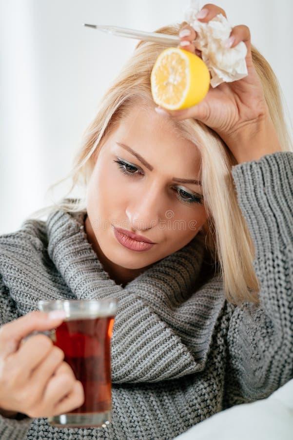 Ärgerliche Grippe und Kopfschmerzen stockfotos