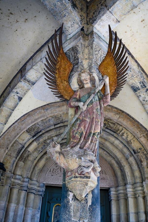 Ärkeängel Michael på ingångsportal av församlingkyrkan St Michael, Schwabisch Hall, Baden-Wuerttemberg, Tyskland royaltyfria foton