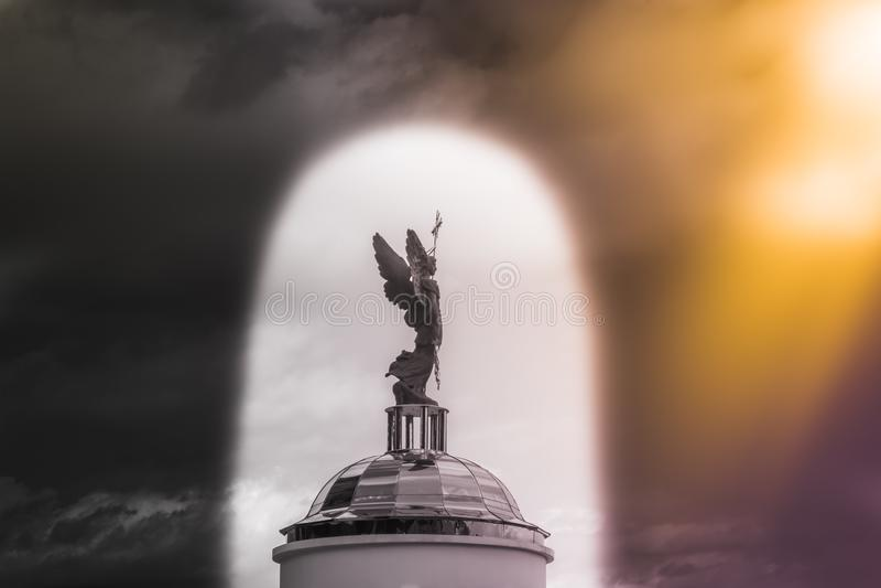ÄrkeängelMichael skulptur mot himlen i bågen royaltyfria bilder