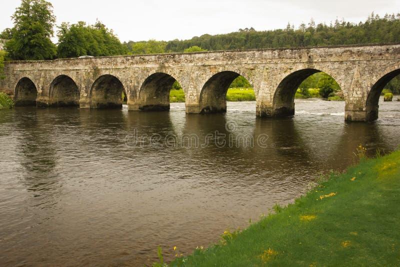 Ärke- bro för sten tio Inistioge ståndsmässiga Kilkenny ireland royaltyfri foto
