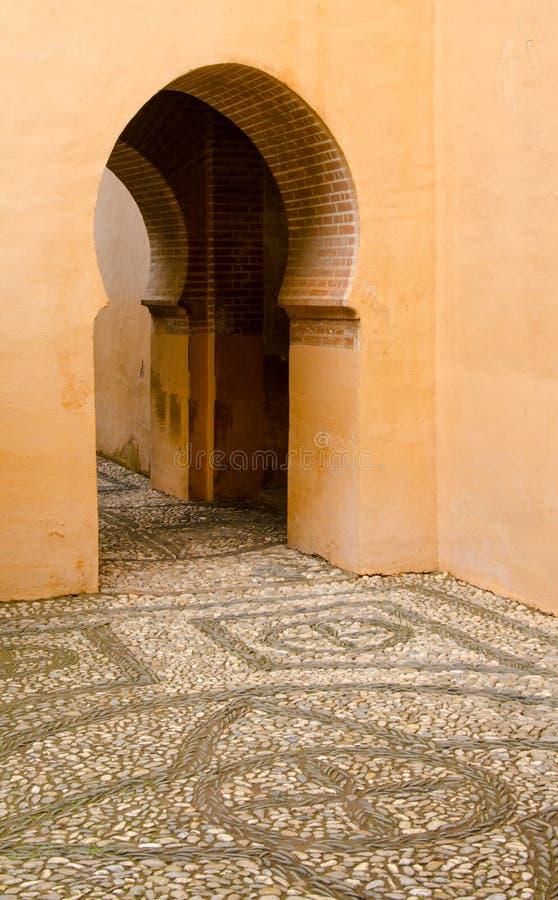 Ärke- dörröppning för nyckelhål i forntida spansk byggnad arkivfoto