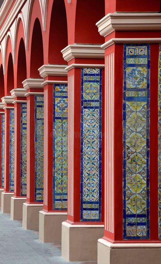 ärke- färgrika kolonnlima tegelplattor arkivfoton