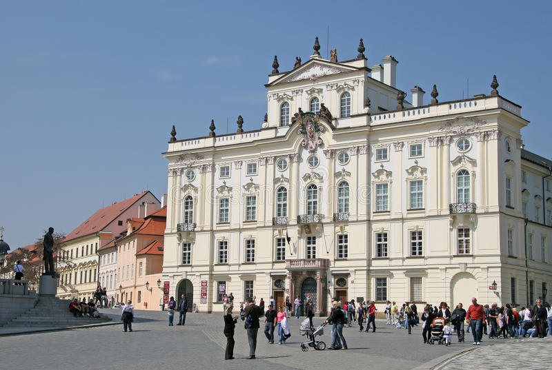 Ärkebiskop Palace, berömd byggnad på den huvudsakliga ingången av den Prague slotten Prague tjeckisk republik arkivbilder