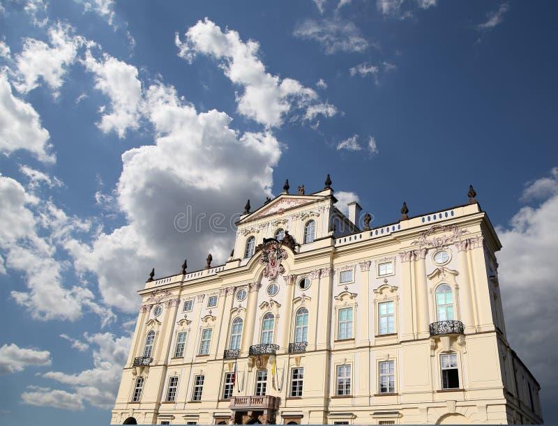 Ärkebiskop Palace, berömd byggnad på den huvudsakliga ingången i den Prague slotten, Tjeckien royaltyfria bilder