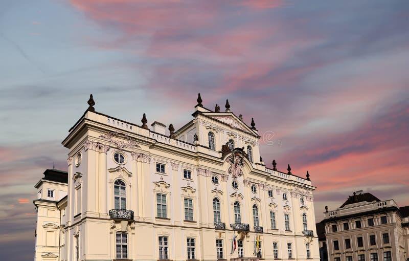 Ärkebiskop Palace, berömd byggnad på den huvudsakliga ingången i den Prague slotten, Tjeckien arkivbild