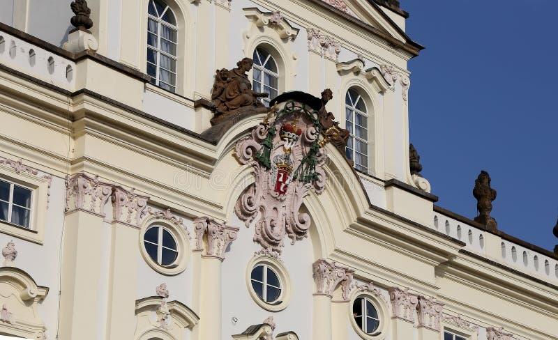 Ärkebiskop Palace, berömd byggnad på den huvudsakliga ingången i den Prague slotten, Tjeckien arkivfoton