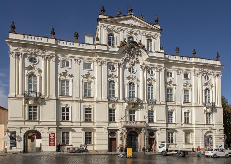 Ärkebiskop Palace på den Hradcanske fyrkanten, Prague royaltyfri foto