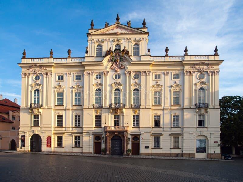 Ärkebiskop Palace på den Hradcany fyrkanten nära den Prague slotten, Prague, Tjeckien royaltyfria foton
