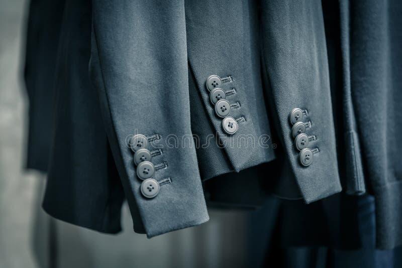 Ärmel von Anzügen der schwarzen Männer mit vier Knöpfen stockbilder