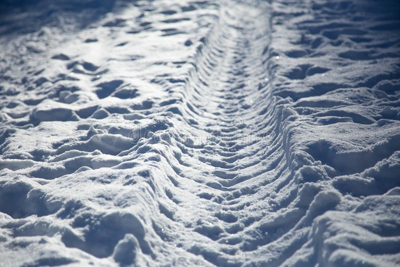 Ärr från vinterbussen i snö vägen som är avlägsen på snö arkivbild