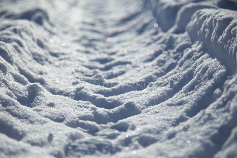 Ärr från vinterbussen i snö vägen som är avlägsen på snö fotografering för bildbyråer