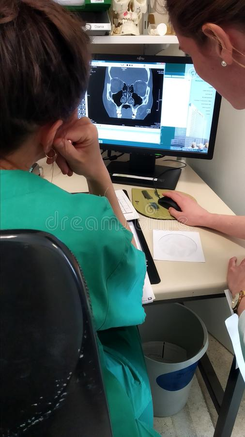 Ärzte überprüfen MRT auf dem Bildschirm stockfoto