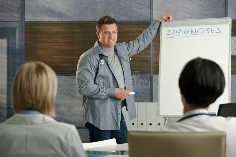 Ärzte, die zur Darstellung hören lizenzfreie stockbilder