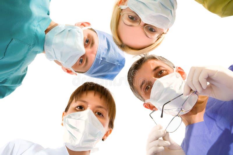 Ärzteteam auf dem Weiß stockfotografie