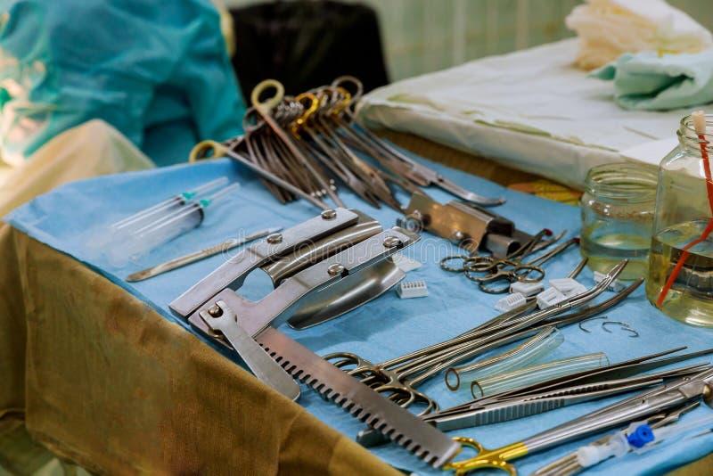 Ärzteteam, das oben Operationsabschluß von medizinischen Instrumenten für Operation durchführt stockfoto