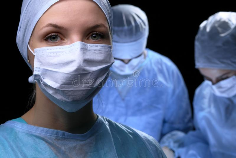 Ärzteteam, das Operation durchführt Fokus an der Ärztin lizenzfreies stockfoto